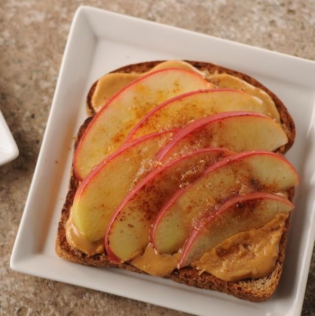 Энергетический тост-с красными яблоками на арахисовой пасте
