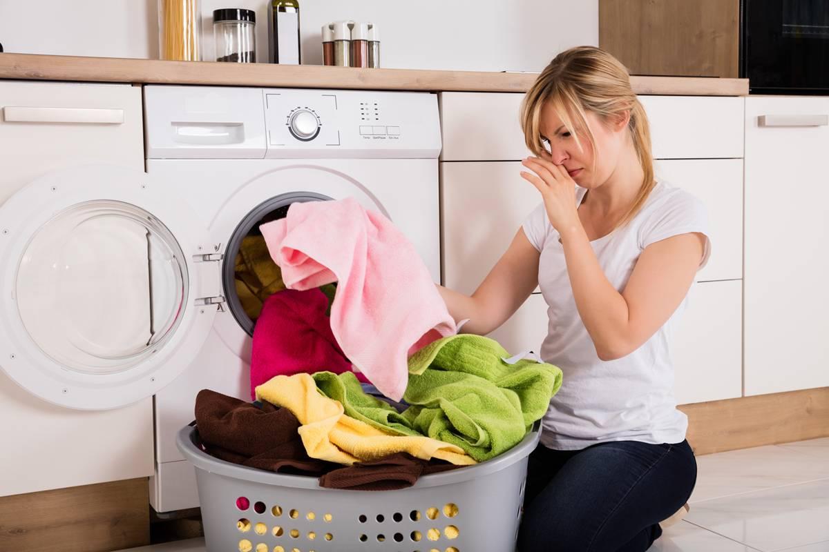 Неприятный запах в стиральной машине_лучшие способы избавления - грязное бельё
