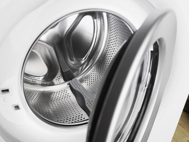Неприятный запах в стиральной машине_лучшие способы избавления - открытая дверь стиральной машины