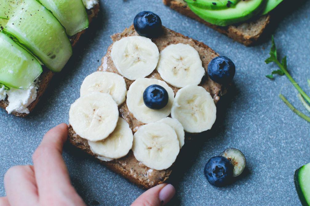 Питательный тост с бананом-подача