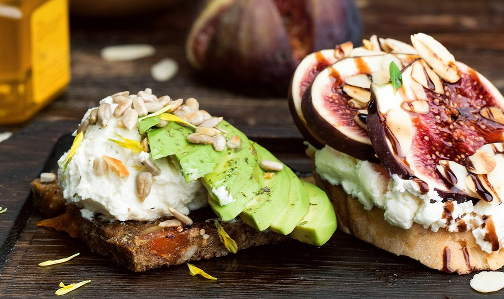 Сезонный тост с авокадо и инжиром-фото