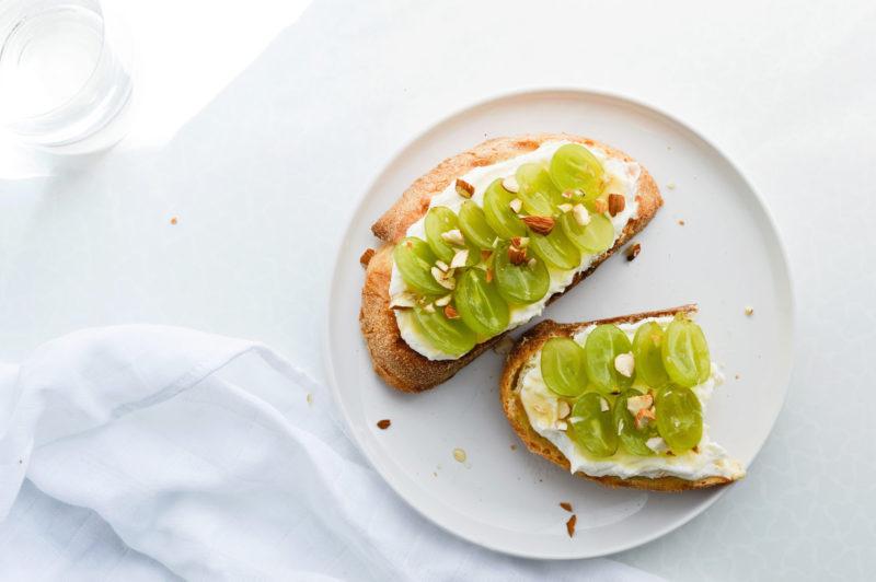 Сладкий тост с виноградом и греческим йогуртом-подача
