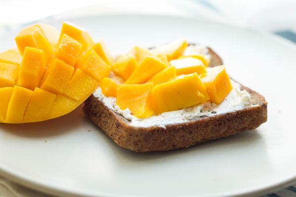Тост с греческим йогуртом и манго-подача
