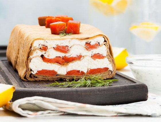 Блинный торт с копченой рыбой и творожным сыром-подача