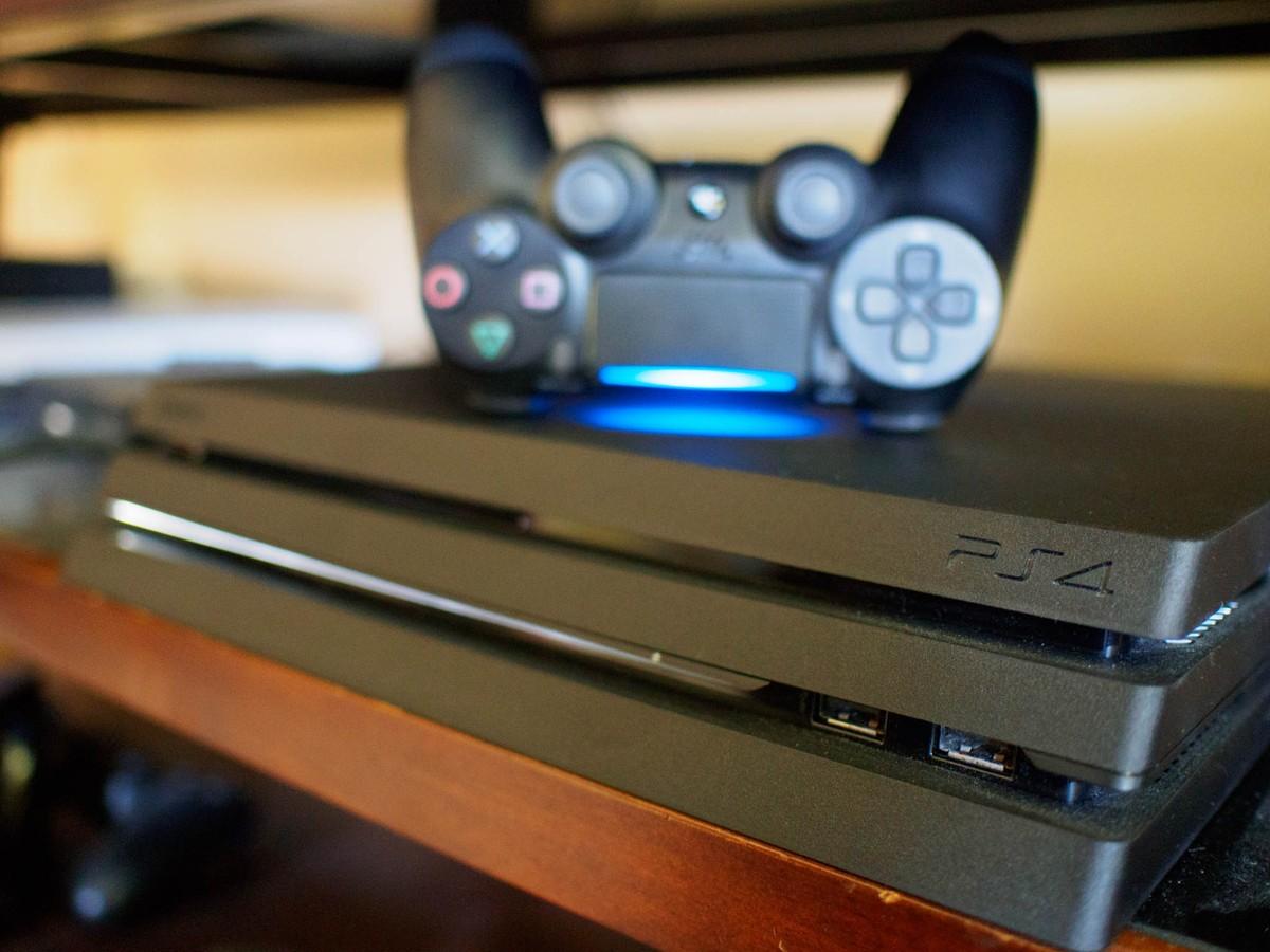 Как почистить ваш PlayStation 4 - Приставка на полке