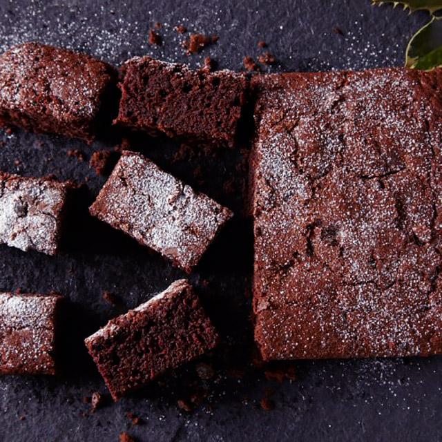Пласт шоколадного брауни с посыпкой из сахарной пудры-фото