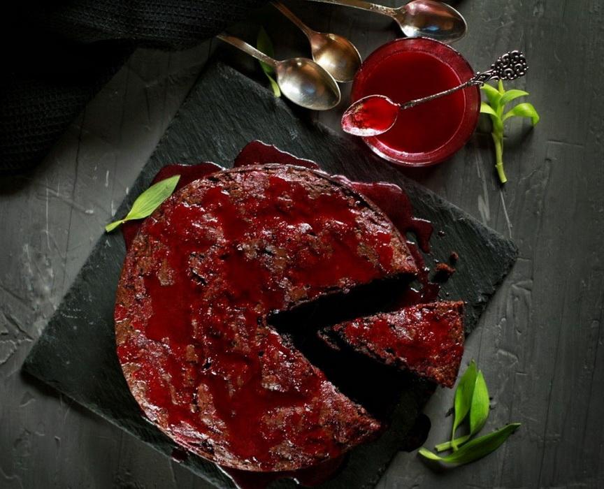 Шоколадно-свекольный брауни-подача десерта