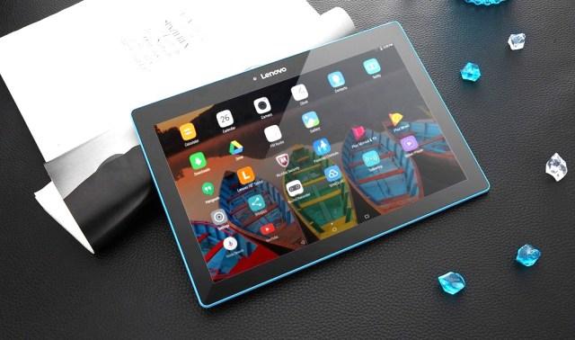 Топ-5 бюджетных планшетов на февраль 2018 года - Планшет Lenovo Tab 10 на столе