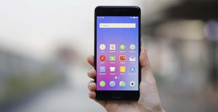 Топ-9 бюджетных смартфонов на февраль 2018 - Meizu m6 в руке