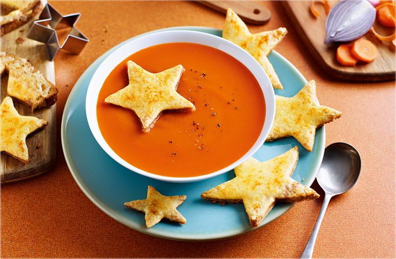 Красный суп-подача