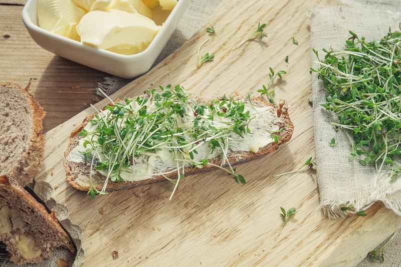 Кресс-салат на бутерброде-правильное питание