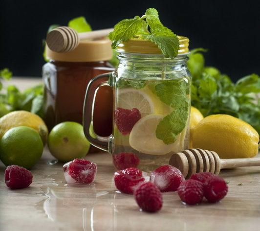 Лимон и малина-полезная вода
