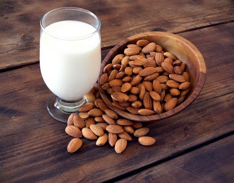 Миндальное молоко-фото