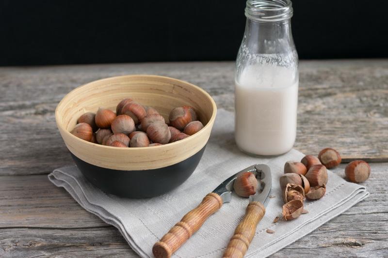 Молоко из лесных орехов-фото