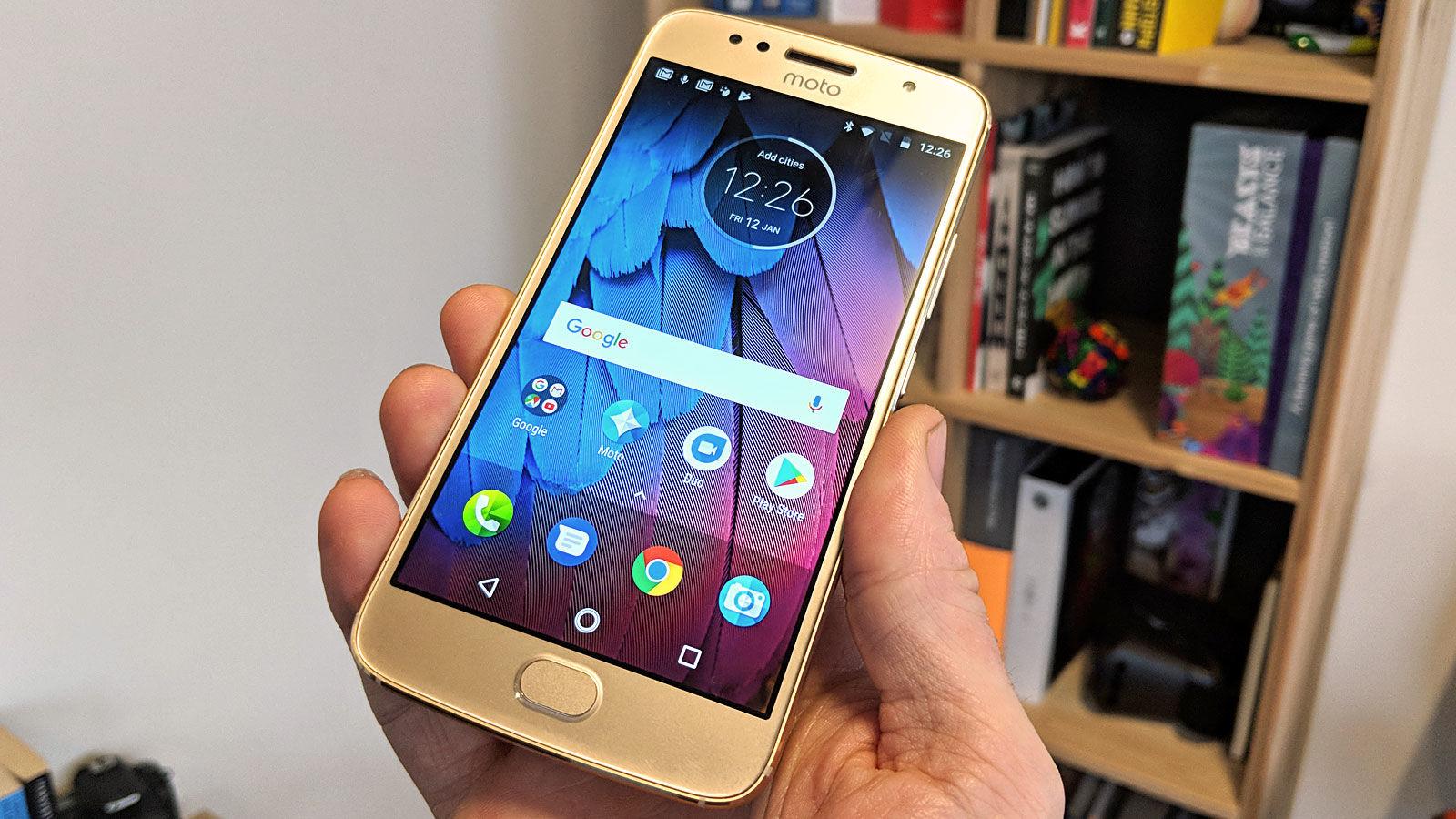 Топ-5 смартфонов на Android из Поднебесной - Смартфон Motorola в руке