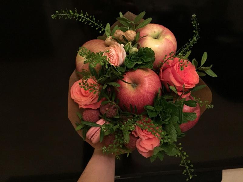Яблоки и розы-креативный букет