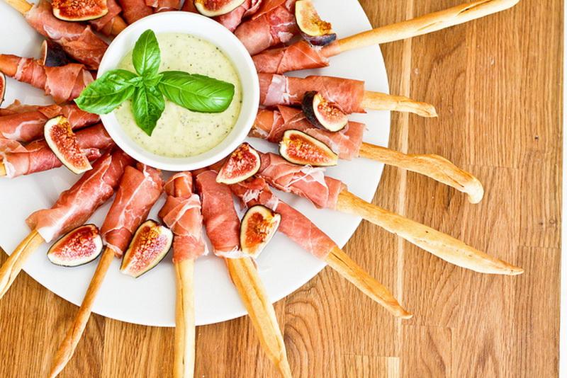 Хлебные палочки с инжиром и ветчиной-закуски для пикника