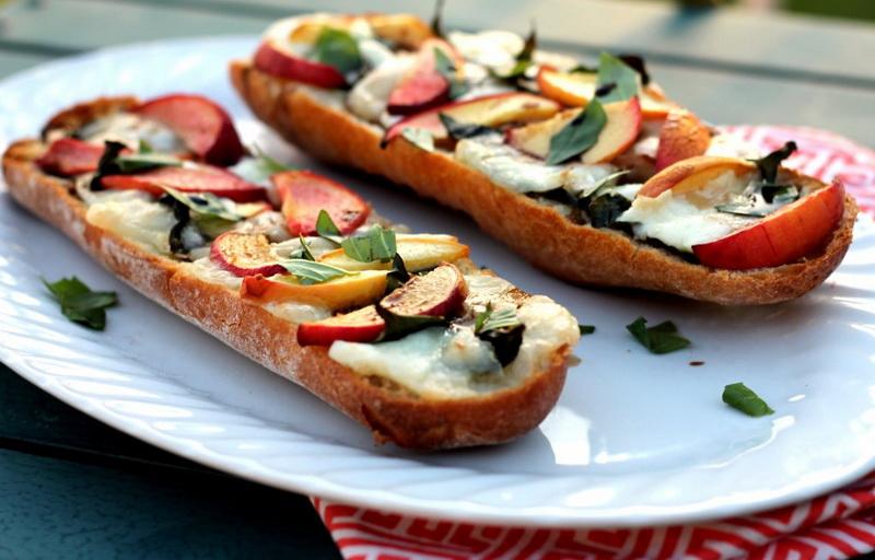 Мини-пицца с сыро и персиками-подача