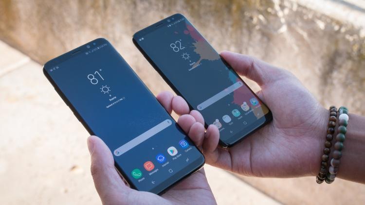 Модельный ряд смартфонов Samsung - два смартфона в руках