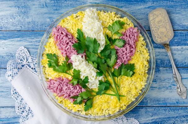 Салат Сирень-украшаем яйцами
