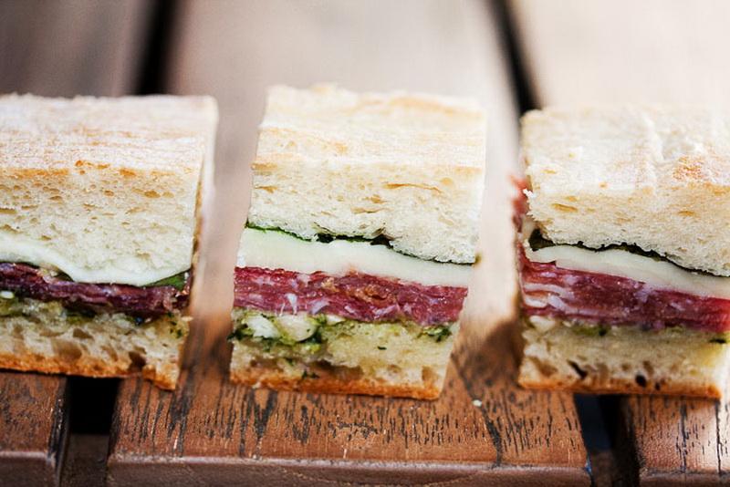 Сэндвичи-с прошутто, моцареллой, песто и базиликом