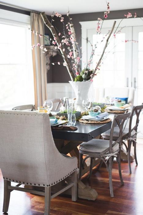 Срубы и цветущие ветви-сервировка пасхального стола