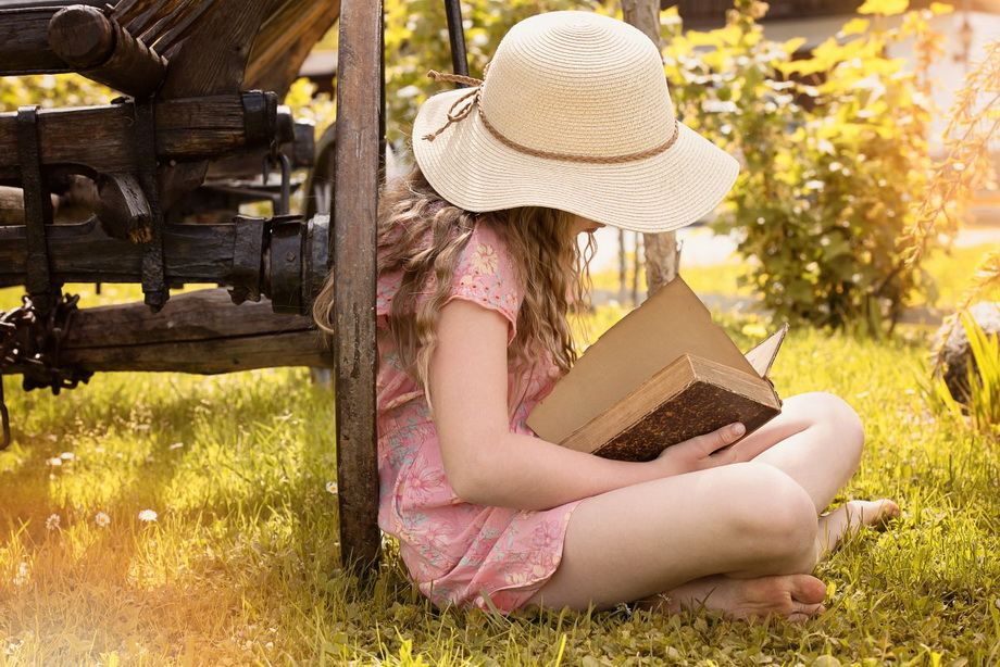 Чтение в саду-фото