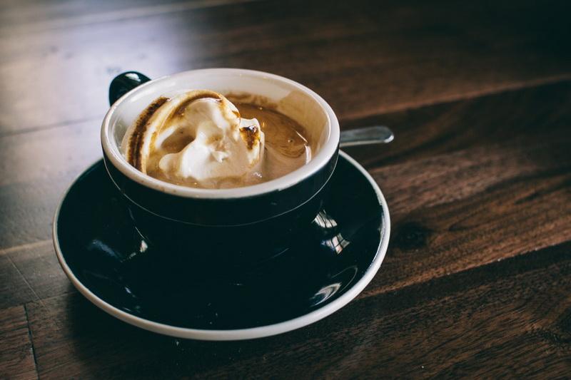Кофе с мороженым-подача