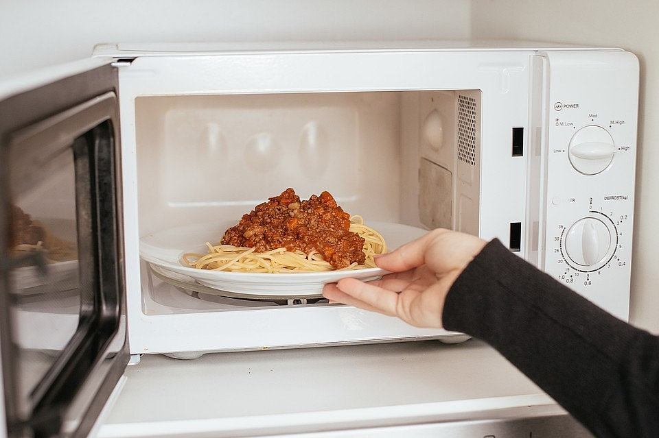 10 мифов и заблюждений о микроволновых печах - белая микроволновка с тарелкой внутри