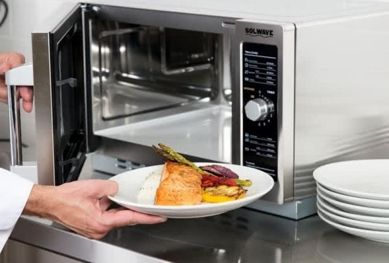 10 мифов и заблюждений о микроволновых печах - микроволновка и тарелка с едой