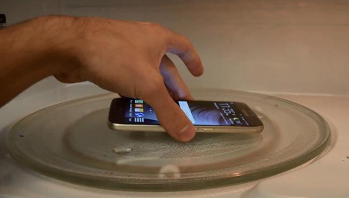 10 мифов и заблюждений о микроволновых печах - смартфон в микроволновке