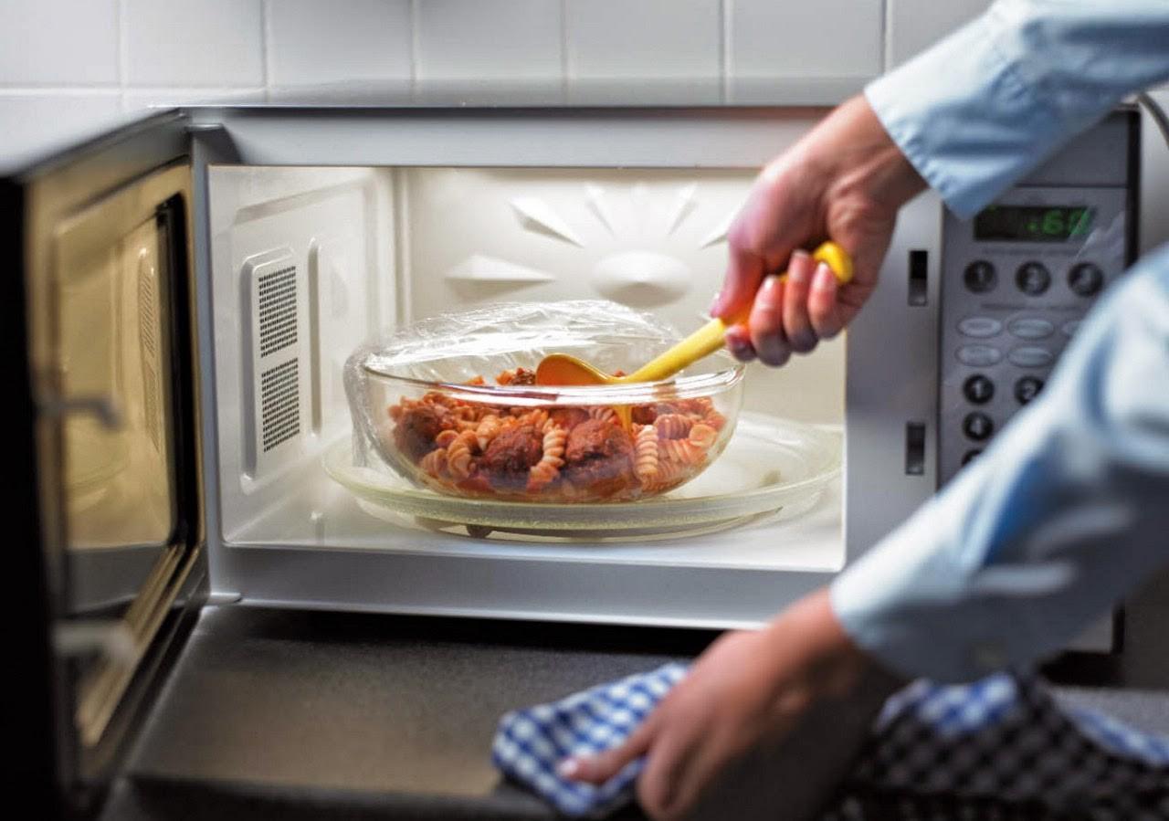 10 мифов и заблюждений о микроволновых печах - стеклянная миска в печи