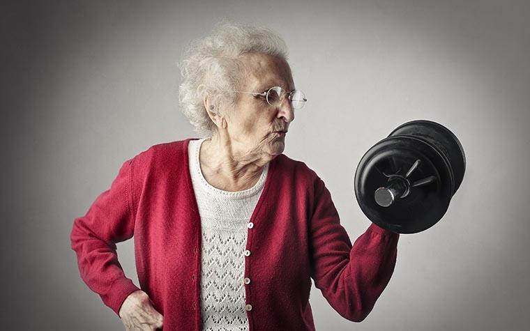 Бабушка с гантельками