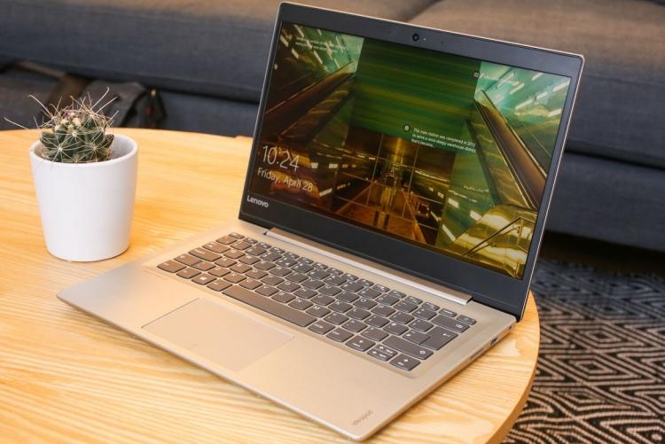 планшет Lenovo на столе