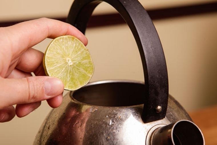 Чистим чайник лимончиком
