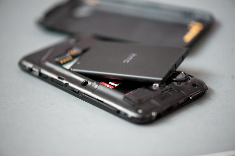 Что делать если смартфон упал в воду_Что делать при попадании жидкости в телефон - батарея и смартфон