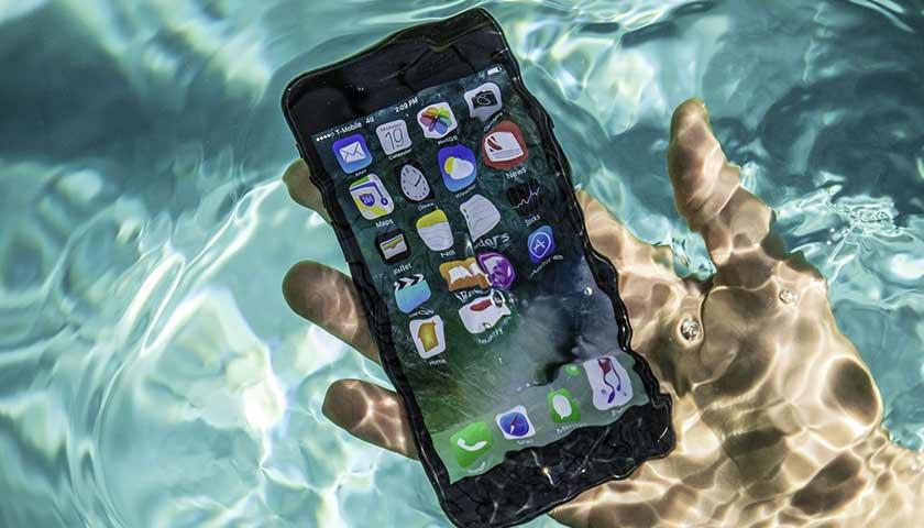 Что делать если смартфон упал в воду_Что делать при попадании жидкости в телефон - достаём смартфон из воды