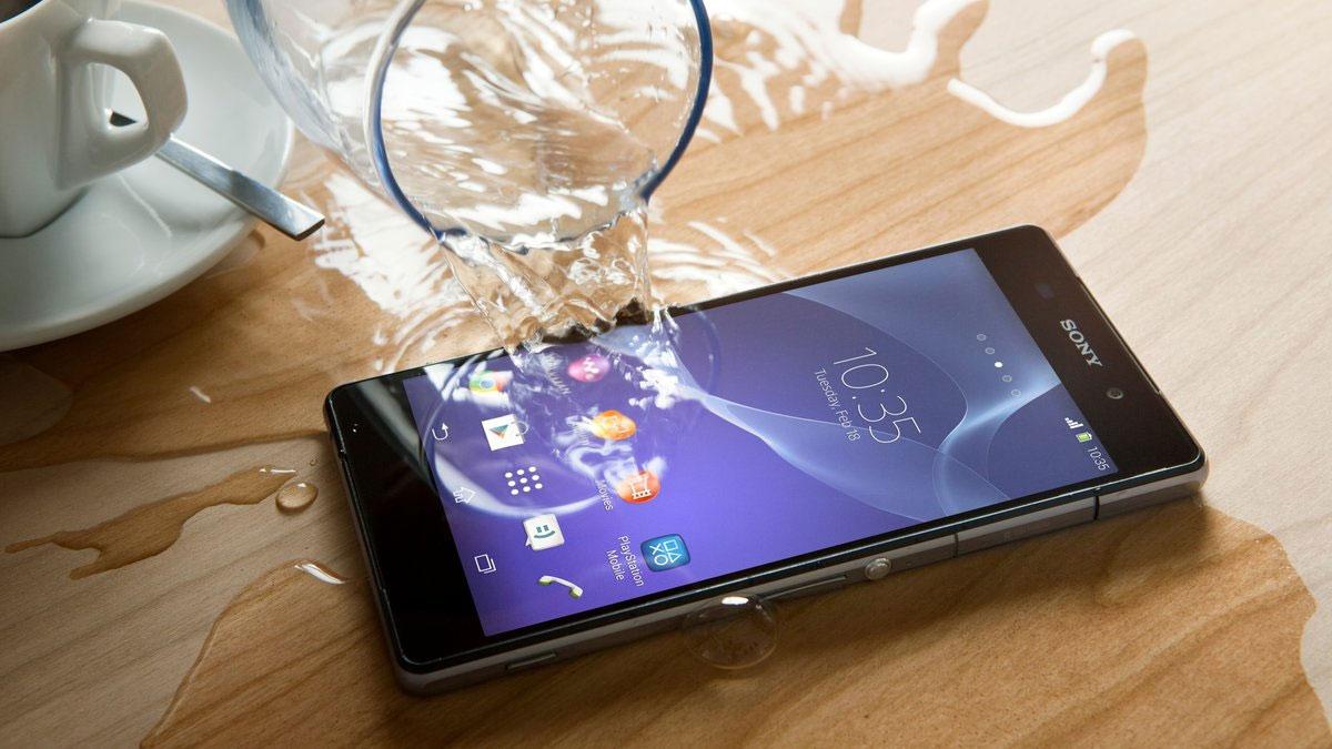Что делать если смартфон упал в воду_Что делать при попадании жидкости в телефон - пролили жидкость на смартфон