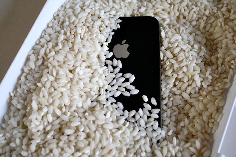 Что делать если смартфон упал в воду_Что делать при попадании жидкости в телефон - смартфон в рисе