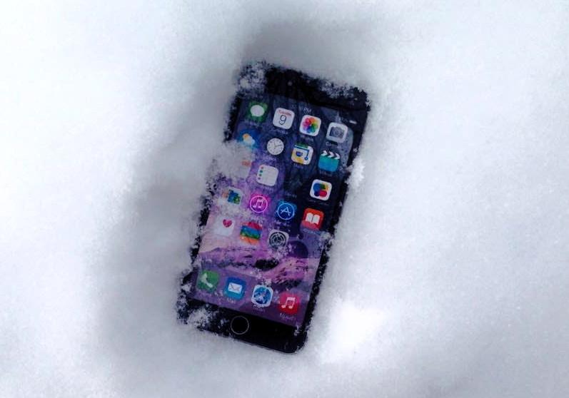 Что делать если смартфон упал в воду_Что делать при попадании жидкости в телефон - смартфон в снегу