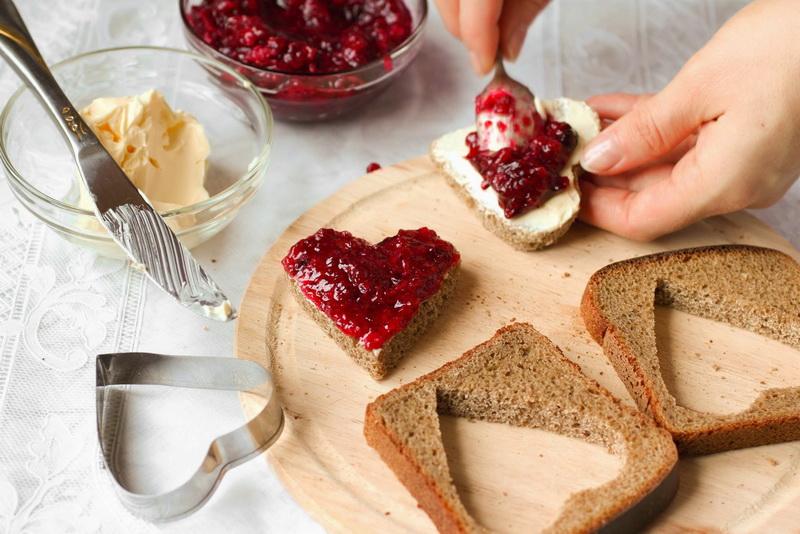 Хлеб с вареньем-сердца