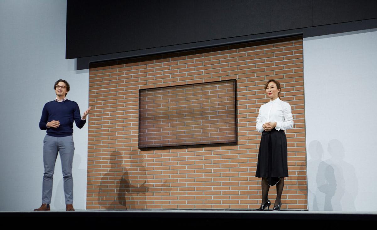 Новинки от Samsung 2018 года_телевизоры-хамелеоны уже скоро появятся в продаже - презентация телевизора на стене