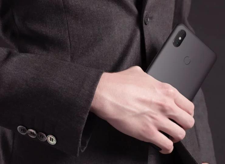 Новые золотистые Xiaomi Mi Max 3_изображение уже в сети - смартфон в руке человека в пиджаке