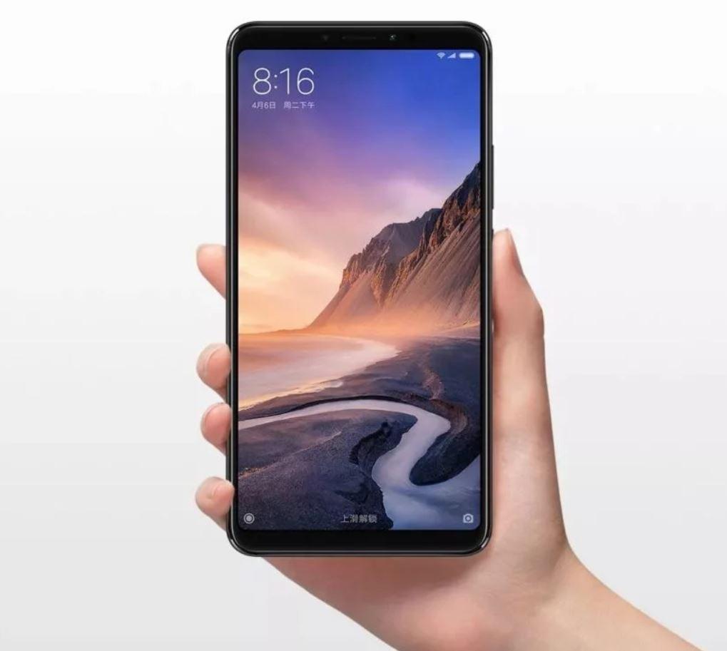 Новые золотистые Xiaomi Mi Max 3_изображение уже в сети - смартфон xiaomi в руке