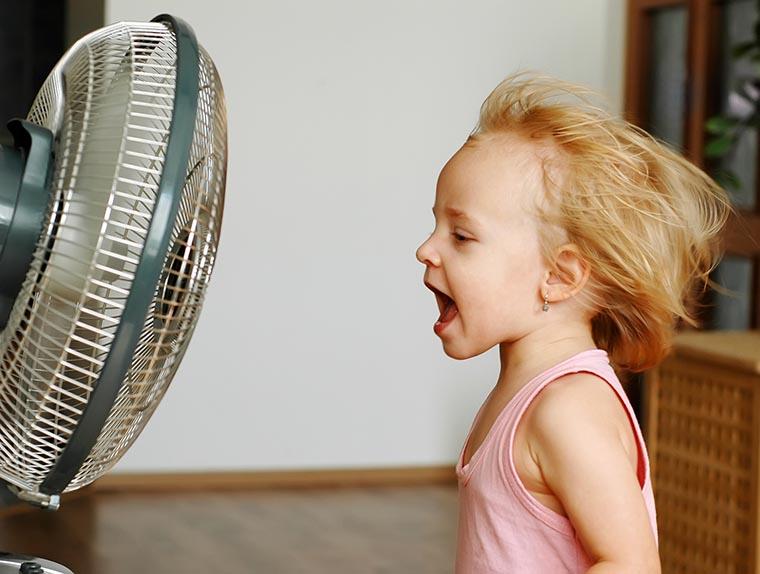 Ребенок и вентилятор