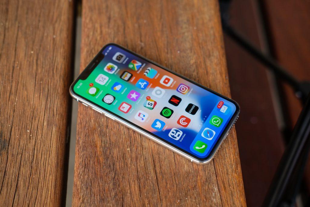 Бой между лидерами рынка сравнение Apple iPhone X vs Samsung Galaxy Note 8 - Iphone x на столе