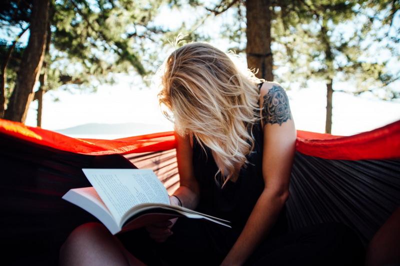 Чтение в гамаке-теплое лето