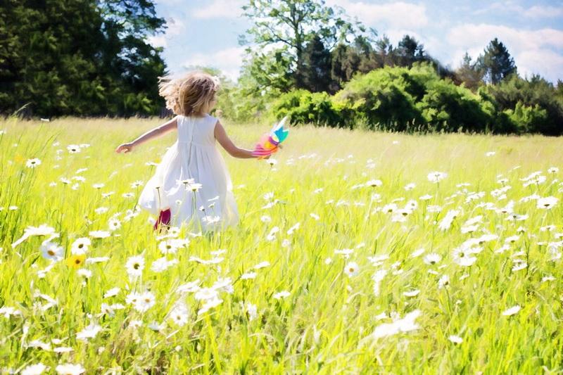 Девочка на поле-зеленое лето