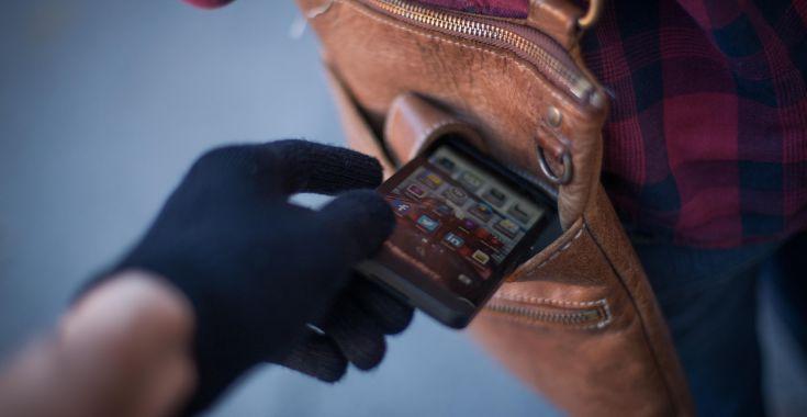 Как найти телефон через IMEI - крадут смартфон из сумки