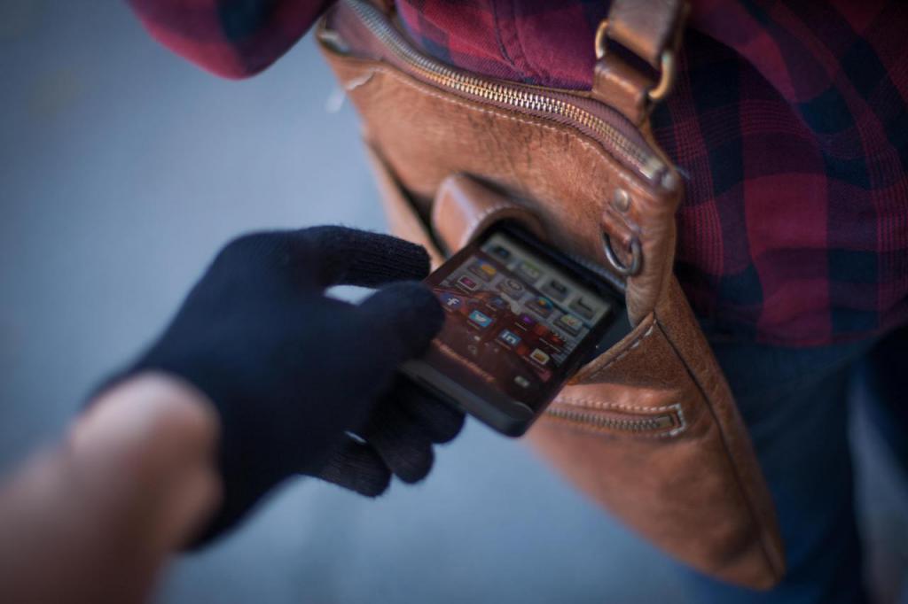 Как найти украденный или потерянный смартфон_Полезные советы от Comfy - крадут смартфон из сумочки